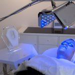 Gesichtsbehandlung unter Blau-Licht